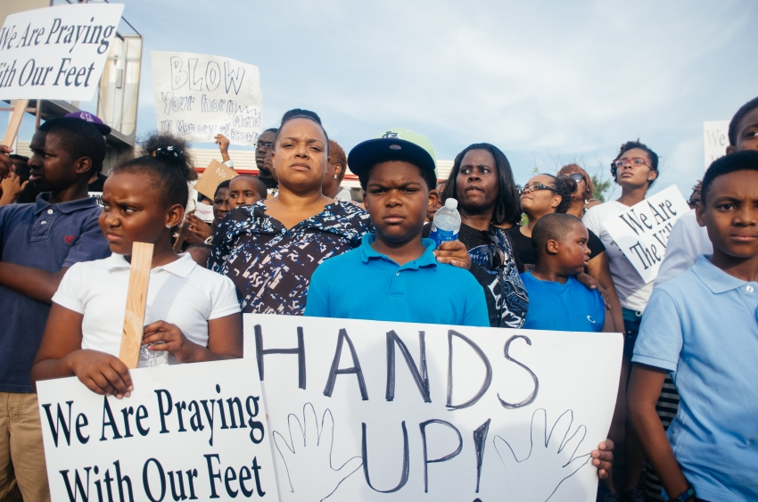 Protesters_with_signs_in_Ferguson_850_563